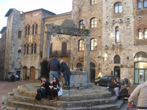 La cisterna in the piazza