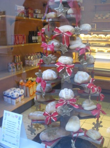 L'albero di Natale. . .the Christmas tree nella panetteria. . .. In the bread shop.